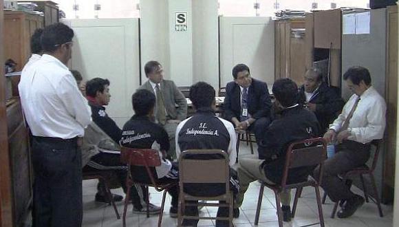 Los estudiantes negocian con las autoridades. (RPP)