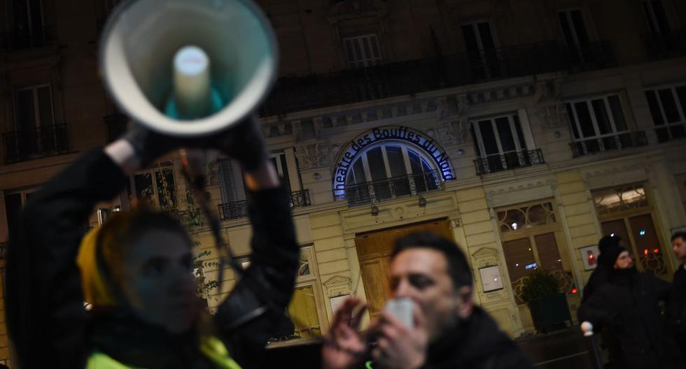 Un manifestante habla en un megáfono durante una manifestación frente al teatro Bouffes du Nord en París mientras Macron asiste a una obra de teatro. (Foto: AFP)