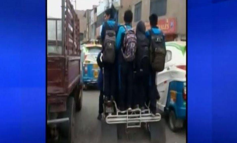 Escolares se exponen al peligro en Ate Vitarte. | Captura/Canal N