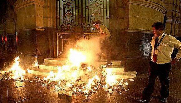 Desconocido prendió fuego en la fachada del diario El Comercio. (Foto: Germán Falcón)