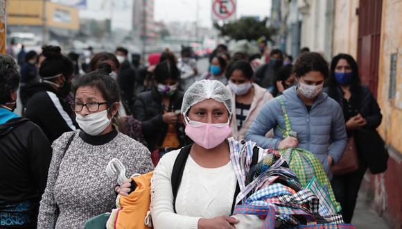 Más personas transitan en las calles pese a la que la cuarentena continúa oficialmente. (Foto: GEC)