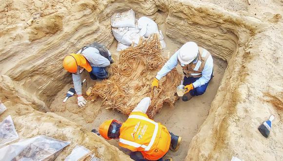 La empresa de gas natural encontró entierros prehispánicos mientras instalaba sus conexiones en el distrito. (Foto: Cálidda)