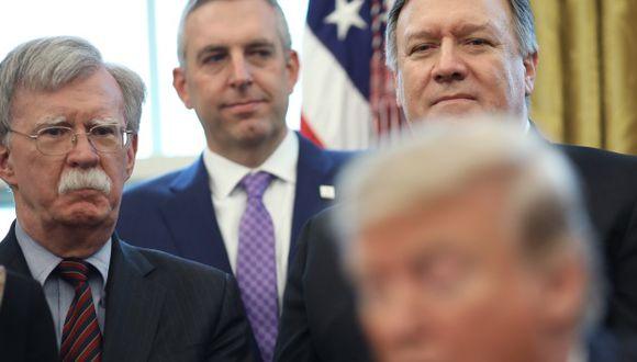 John Bolton (a la izquierda) y Mike Pompeo (a la derecha) escuchan un discurso de Donald Trump. (Foto: AFP)
