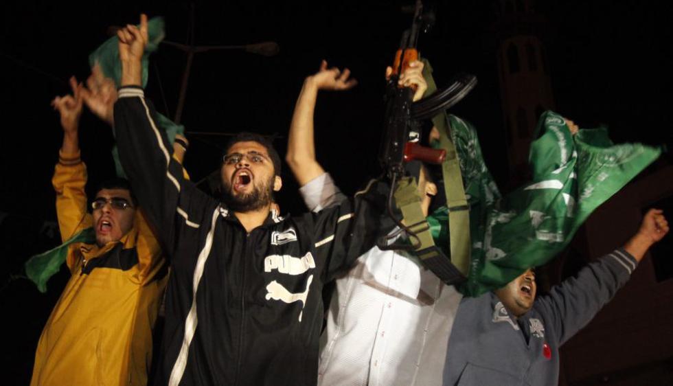 Palestinos celebran alto el fuego con disparos. (Reuters)