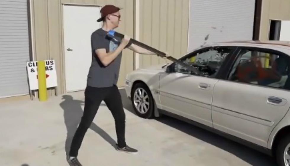 Se viralizó en Facebook el obsequio que un joven le hizo a su novia luego de destruir su auto. (Foto: Captura)