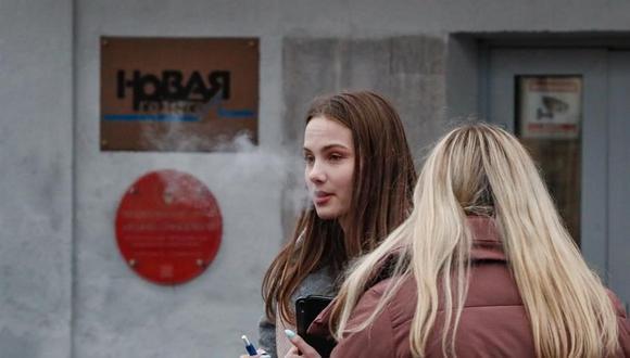 Dos mujeres permanecen afuera del edificio del periódico ruso Novaya Gazeta en Moscú, Rusia, el 15 de marzo de 2021. (Foto: EFE / EPA / YURI KOCHETKOV).