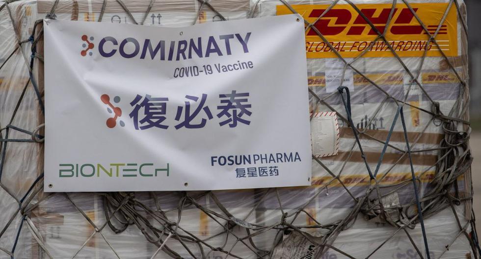 Un envío de vacuna Comirnaty, desarrollado conjuntamente por Fosun Pharma y BioNTech, se transporta a un almacén después de ser descargado de un avión de carga de Cathay Pacific en el Aeropuerto Internacional de Hong Kong en Hong Kong, China, el 27 de febrero de 2021. (EFE/EPA/JEROME FAVRE).