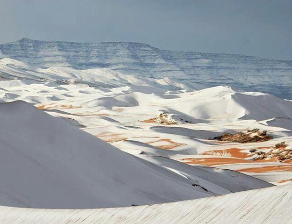 Una tormenta de nieve cayó este domingo sobre las dunas doradas de la ciudad Ain Séfra, ubicada en la provincia de Naama, en Argelia. (Instagram)