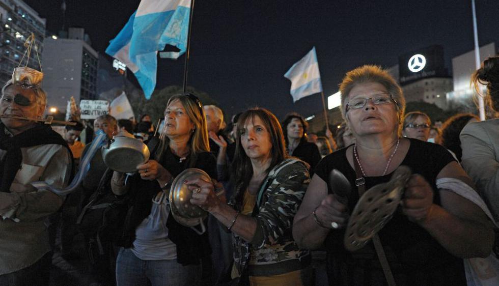 Miles de argentinos y miembros de la oposición salieron anoche a las calles de las principales ciudades del país para manifestarse contra Cristina Fernández. (AFP)