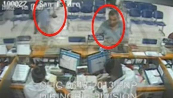 EN PLENO ROBO. Hampón hizo retiros en agencia de San Isidro. (Captura de pantalla)