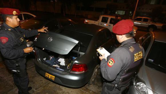 Blanco del hampa. El vehículo de la Dirandro, robado al suboficial Luis Méndez, fue hallado abandonado en Los Olivos. (USI)