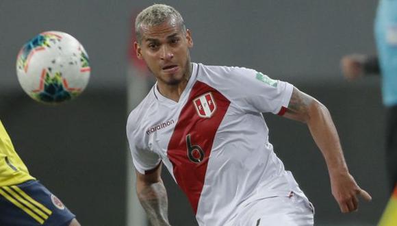 Miguel Trauco fue expulsado a poco de terminar el primer tiempo del partido ante Colombia. (Foto: AFP)