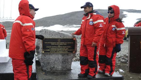 SU SELLO. Ollanta Humala también quiso dejar huella de su paso por la Antártida. (Andina)