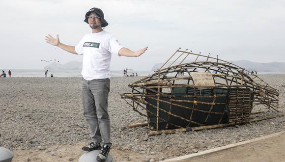 Marino Morikawa a lado del pez ecológico, en La Punta. (Fotos: Juan Ponce)