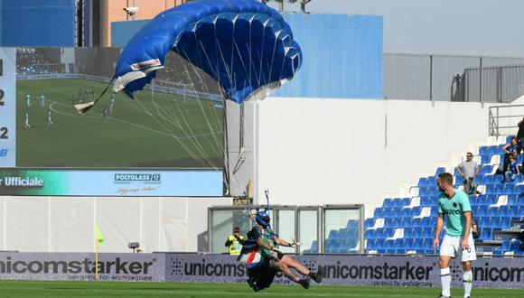 """El """"espontáneo"""" acaparó la atención tanto de los asistentes como de los jugadores en el MAPEI Stadium de Italia. (Foto: Reuters)"""