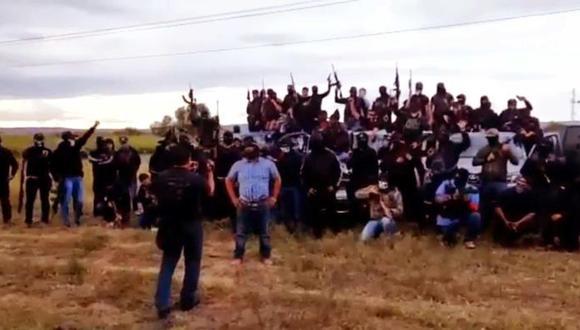 Imagen difundida por el cártel de Santa Rosa de Lima en marzo del 2020. El sujeto encapuchado de camisa celeste sería 'El Marro', líder de la organización dedicada al 'huachicoleo', tráfico de drogas y extorsión en Guanajuato.