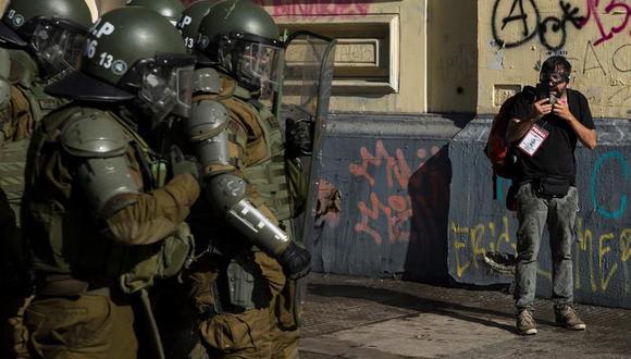 Carabineros reprimen una protesta en Santiago de Chile. (EFE/Alberto Valdés).