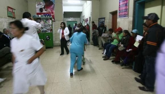 Los hospitales del Ministerio de Salud solo atienden hasta las 2 de la tarde, por eso existe gran demanda de atención. (Perú21)
