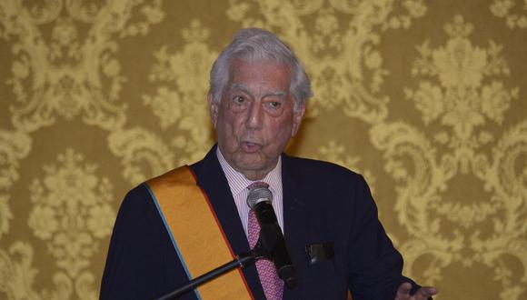 El escritor peruano Mario Vargas Llosa pronuncia un discurso luego de ser honrado con la Orden del Mérito Nacional de la Gran Cruz por el presidente ecuatoriano Guillermo Lasso en el Palacio Carondelet de Quito. (Foto: RODRIGO BUENDIA / AFP)