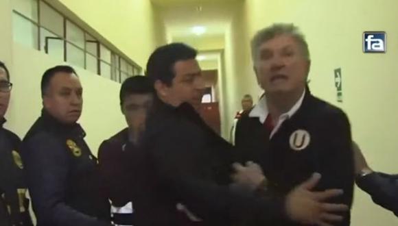 Lamentable: Asistente de Ángel Comizzo insultó a árbitros y casi agrede a camarógrafo.