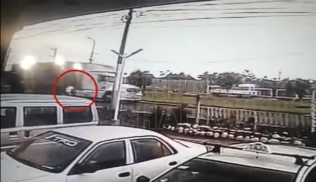 La víctima espera que el tráiler avance un poco y luego se lanza a las llantas, según se ve en el video. (Captura de Prensa Chalaca)