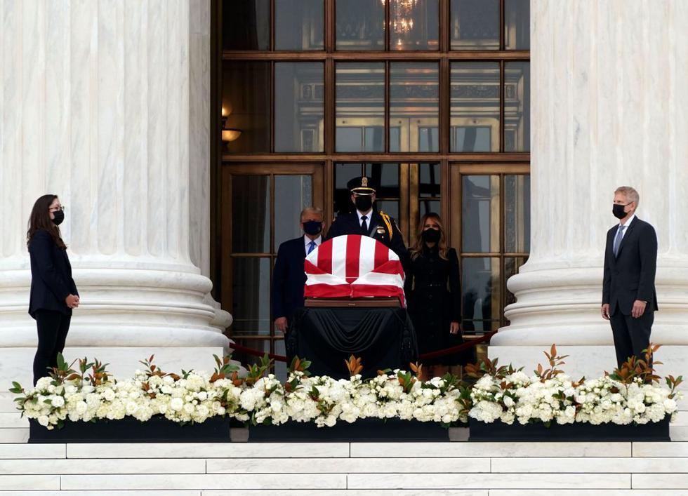 Donald Trump y la primera dama Melania presentan sus respetos a la jueza de la Corte Suprema de los Estados Unidos, Ruth Bader Ginsburg. (AFP / ALEX EDELMAN).
