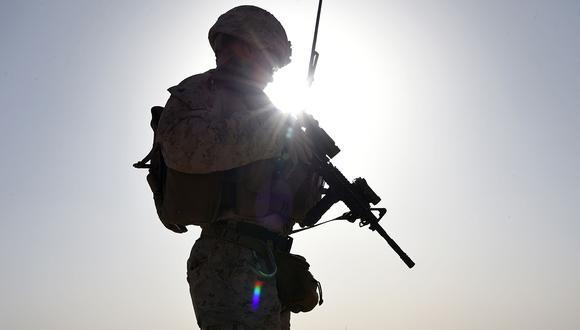 Un marine estadounidense observa a comandos afganos participar en un ejercicio de entrenamiento de combate en el campamento militar Shorab en Lashkar Gah, en la provincia de Helmand. (Foto: AFP/Archivo)
