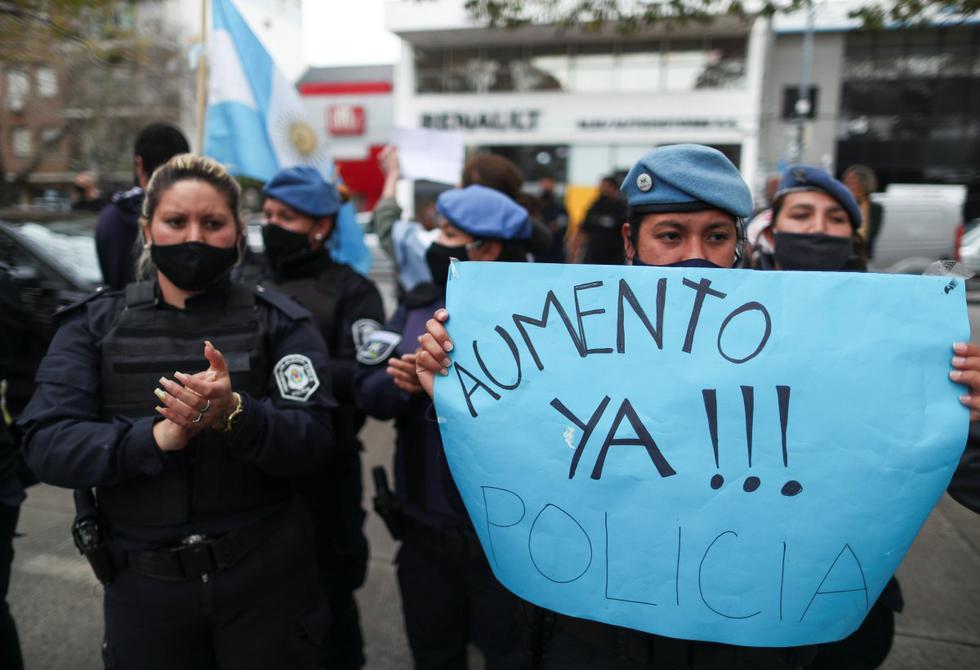 """Imagen de un letrero que dice """"Aumento ya!"""" en una manifestación frente al palacio residencial de Olivos en Buenos Aires (Argentina). (REUTERS/Agustin Marcarian)."""