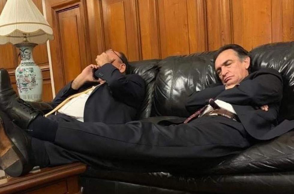 Héctor Becerril fue captado durmiendo en Sala Mariátegui del Congreso. (Redes sociales)