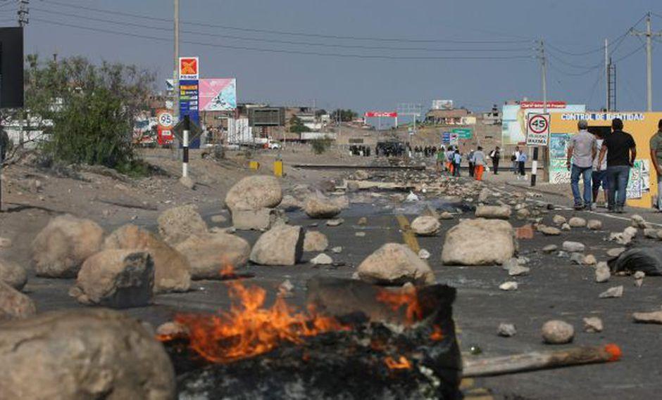 Vías tomadas en Tía María. Con piedras y llantas bloquearon carreteras. (Omar Cruz)