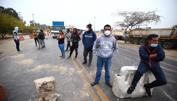 Panamericana Sur continua bloqueada por manifestantes.