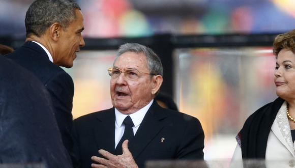 BUEN GESTO. Hace 13 años que presidentes de Estados Unidos y Cuba no se estrechaban las manos. (Reuters)