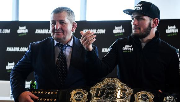Khabib Nurmagomedov expone su cinturón contra Dustin Poirier en UFC 242. (Foto: AFP)