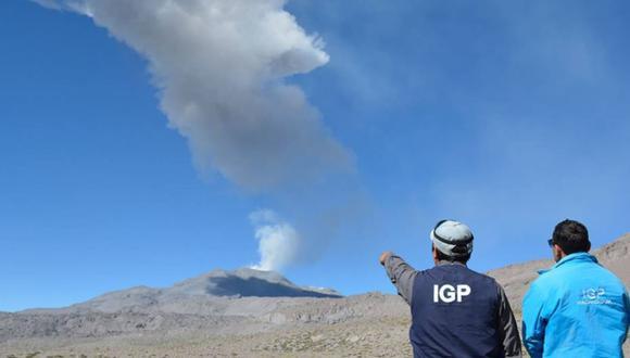 A través de las redes sociales, el IGP detalló que la expulsión de cenizas se produjo a las 11:35 hora, en una radio de dispersión mayor a 30 kilómetros de distancia. (Foto: Andina)