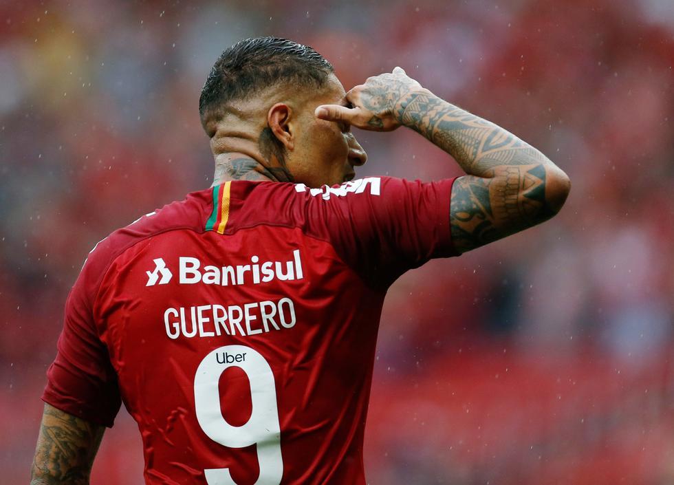 MisterChip halaga a Paolo Guerrero por retornar con gol en Internacional de Porto Alegre. (Reuters)