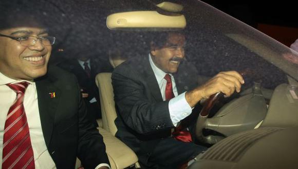 Maduro llegó a Lima y él mismo condujo hasta Palacio de Gobierno, en donde lo esperaban para respaldarlo. (David Vexelman)