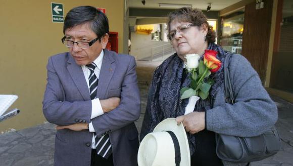 Padres del universitario muerto en el cerro Bomboya llegaron ayer a la Ciudad Blanca. (Heiner Aparicio)