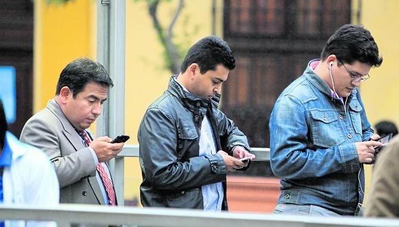RIESGO. El proyecto de ley impulsado por Abel Reyes podría terminar controlando lo que los ciudadanos manejan en sus redes sociales. (Foto: Germán Falcón)