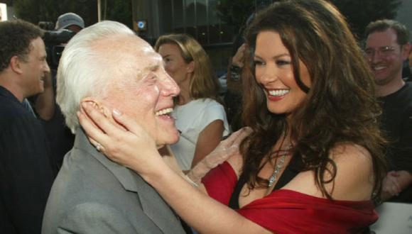 Catherine Zeta-Jones junto a su suegro, Kirk Douglas. (Getty)