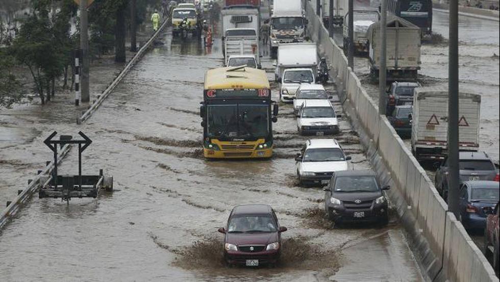 Vía de norte a sur quedó inundada. (Renzo Salazar/Perú21)