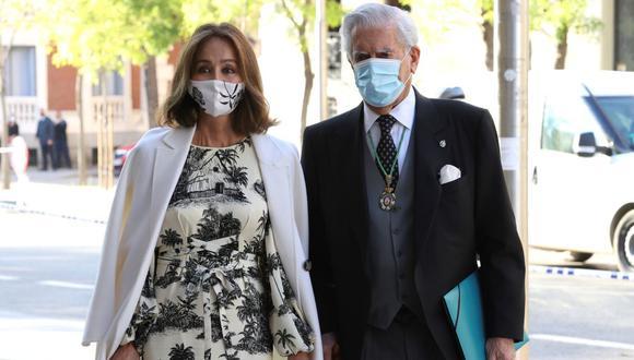 """Mario Vargas Llosa agradece a Isabel Preysler """"por los años maravillosos que me ha hecho pasar a su lado"""". (Foto: AFP)"""
