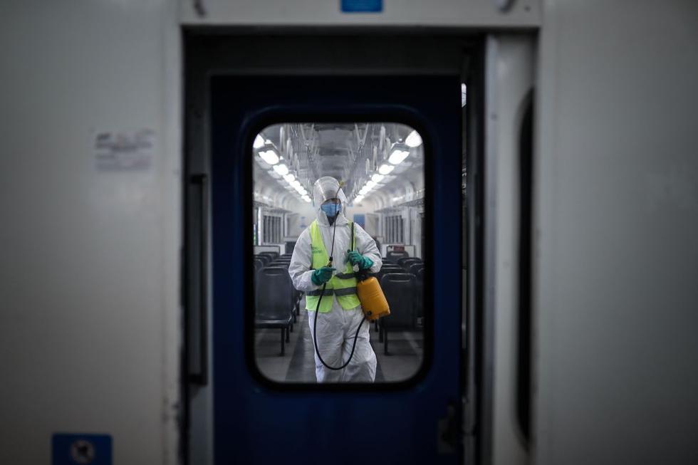 Ingresar a la ciudad de Buenos Aires supuso este lunes enfrentarse a embotellamientos de varios kilómetros por los estrictos controles que realizaron las fuerzas de seguridad en los pasos habilitados desde las populosas localidades que la rodean. (EFE/Juan Ignacio Roncoroni).