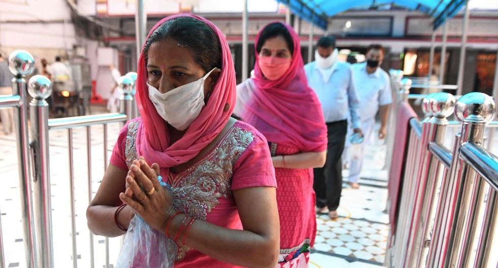 Devotos hindúes se alinean para realizar rituales en Shivala Bagh Bhayian Mandir, ya que los lugares de culto religioso, hoteles, restaurantes y centros comerciales pueden operar nuevamente después de más de dos meses de bloqueo impuesto como medida preventiva contra el coronavirus. (AFP / NARINDER NANU)
