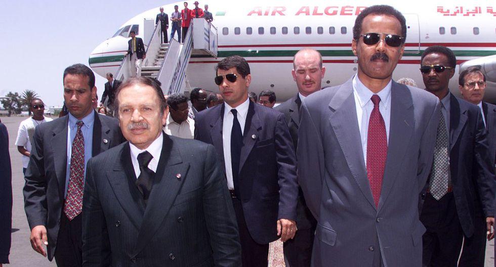 Su homólogo Issayas Afewerki dirige Eritrea desde su independencia en 1993, hace 26 años. En la imagen aparece a la derecha junto a Abdelazziz Bouteflika. (Foto: AFP)