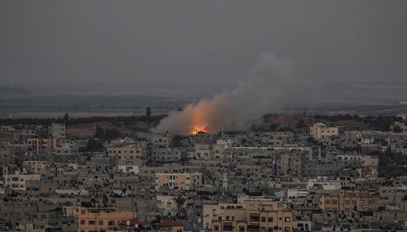 El humo se eleva después de un ataque israelí en el barrio de Al Shejaeiya en el este de la ciudad de Gaza, el 13 de mayo de 2021.  (Foto: EFE/EPA/MOHAMMED SABER)