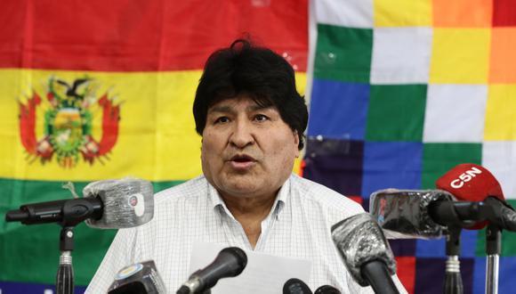 El ex presidente boliviano Evo Morales lee un comunicado de prensa en la Central de Trabajadores de Argentina (CTA) en Buenos Aires, el 18 de octubre de 2020. (Alejandro PAGNI / AFP).