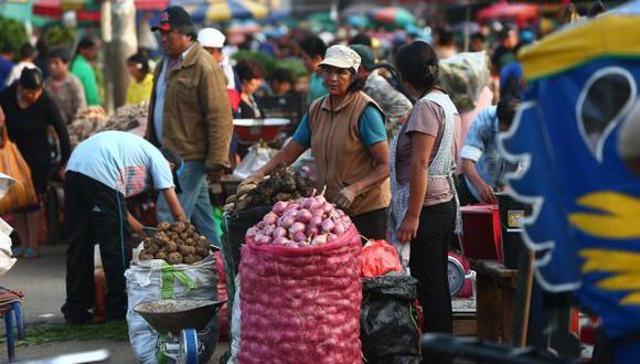 CAOS. Los comerciantes de 'La Paradita' ocupan la vía pública. (Rafael Cornejo)