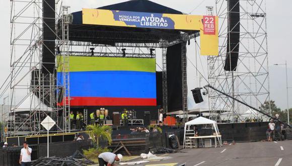 Varios hombres trabajan en el montaje de la tarima para el concierto Vanezuela Aid Live este jueves, en el puente fronterizo Las Tienditas, en Cúcuta (Colombia). (Foto: EFE)