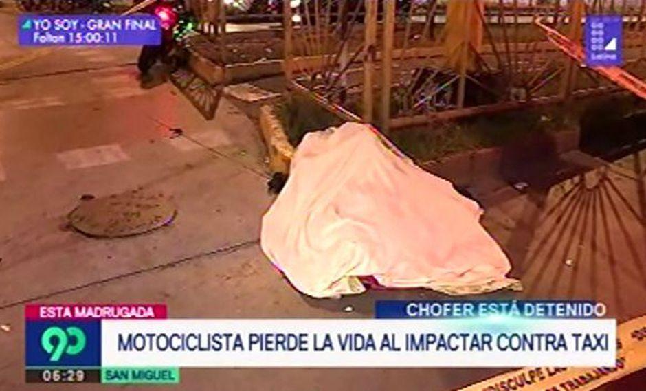 El casco que el joven llevaba puesto no soportó la fuerza del impacto. (Foto: Captura/Latina)