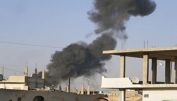 Grandes columnas de humo negro se elevan sobre Damasco. (Reuters)
